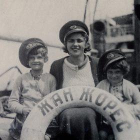 «Надежда Алексеевна Пешкова с дочерьми: Марфой и Дарьей на теплоходе «Жан Жорес» 1933