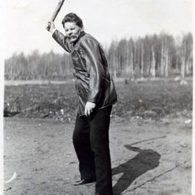 А.М. Горький за игрой в городки. 1914, весна. Мустамяки. Фотография Ю.А. Желябужского