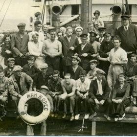 А.М. Горький с экипажем теплохода «Жан Жорес». 1933, май