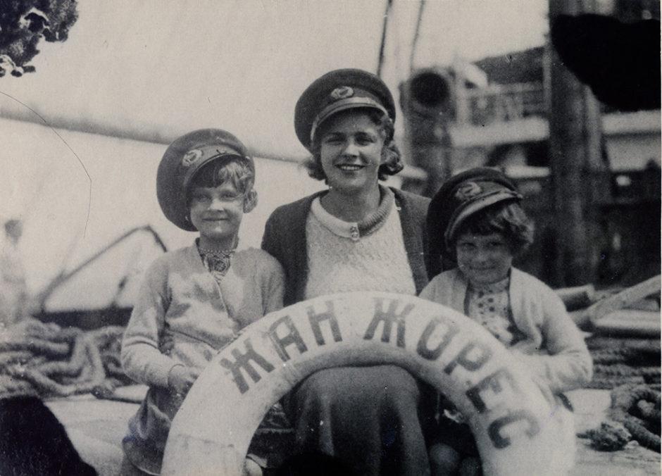 Н.А. Пешкова, Марфа и Дарья Пешковы. Шуточная фотография Максима Пешкова. 1933