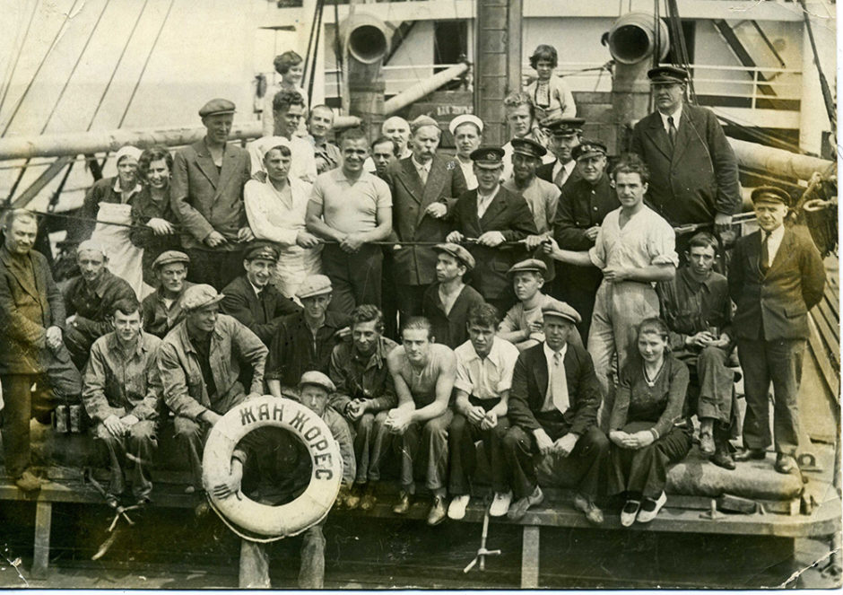 Фотография. А.М. Горький с экипажем парохода «Жан Жорес». 1933, май
