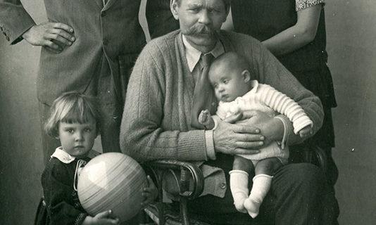 Фото. А.М.Горький, М.А.Пешков (сын писателя), Н.А.Пешкова (невестка писателя), Марфа и Дарья Пешковы (внучки писателя)