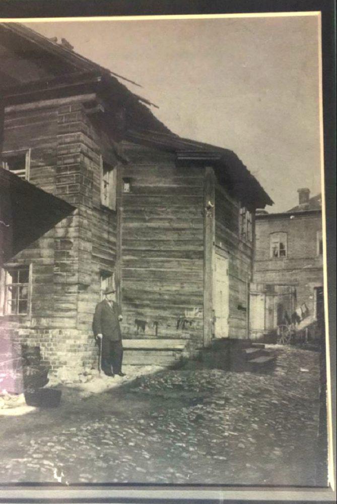 Фото.  Ф.И.Шаляпин у флигеля Дома Лисицина. Казань, улица Рыбнорядская, 1912