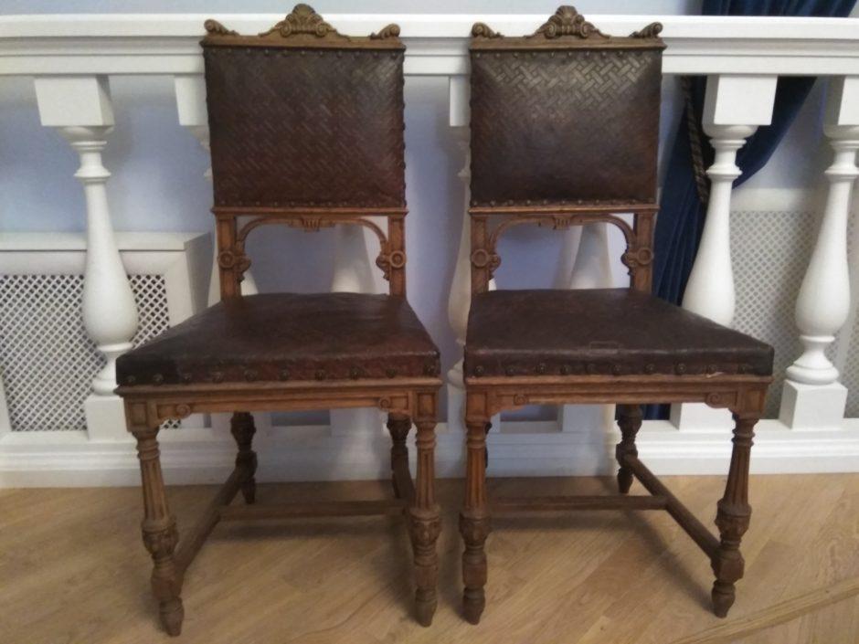 Два стула из  московского дома Ф.И.Шаляпина. Дерево, кожа, металл. Москва,1910-е гг.
