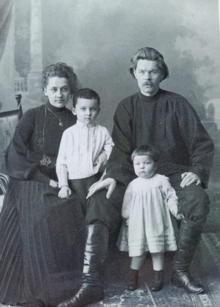 Фото. А.М.Горький и Е.П.Пешкова с детьми (Максимом и Катей). Н.Новгород. Фото М.П.Дмитриева. 1903