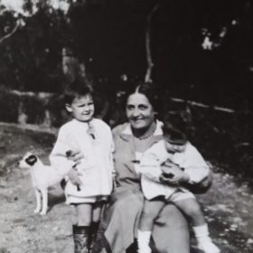 Фото Е.П.Пешкова с внучками. Сорренто, сад виллы «Иль-Сорито». 1929