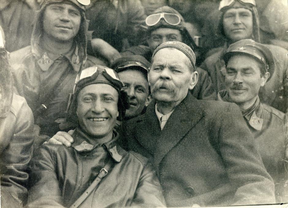 Фото. А.М.Горький среди летчиков. п.Монино. 1932 г.