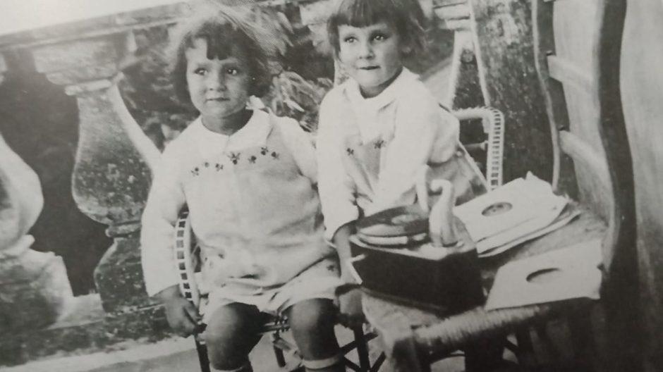 Фото. Марфа и Дарья Пешковы слушают патефон.  Сорренто. Вилла Иль Сорито. 1929 – 1930 (?)