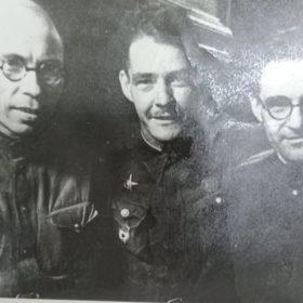 Фото. Адель Кутуй и Ахмед Ерикей с неизвестным. 1944