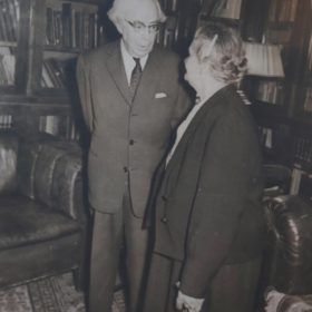 Фото. Е.П.Пешкова беседует с писателем Л.В.Никулиным. Москва. 1961