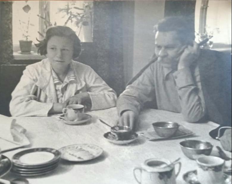 Фото. А.М.Горький и И.А.Никульшина. Подмосковье. Горки. 1934