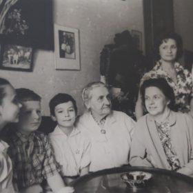 Фото. Е.П.Пешкова с Н.А.Пешковой, внучками и правнуками. Москва. 1961