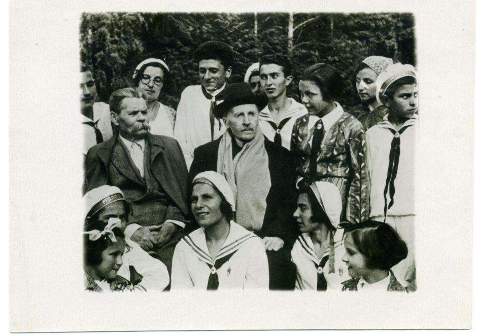 Фото. А.М.Горький и Ромен Роллан в Горках-X среди пионеров Армении. 1935