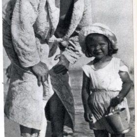 Фото. Ф.И.Шаляпин с дочерью Марфой. Гурзуф. 1913