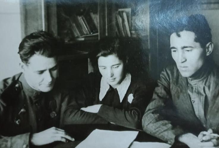 Фото. Адель Кутуй в редакции радиокомитета. Казань.1944