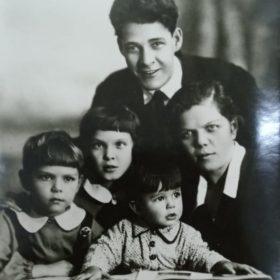 Фото. А.Кктуй с семьёй. Казань.1940
