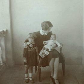 Фото: Надежда Алексеевна Пешкова с Марфой и Дарьей. Сорренто. 1927