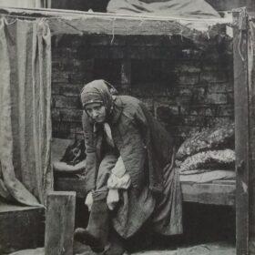 Фотооткрытка. М.Г.Савицкая в роли Анны в пьесе А.М.Горького «На дне». 1900-е