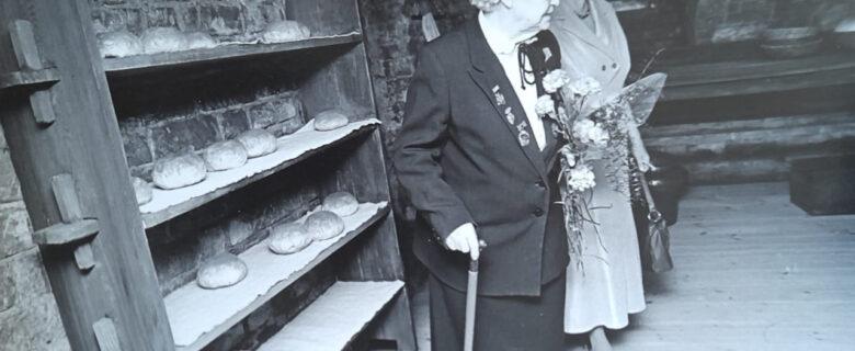 Елизарова М.Н. (слева) и научный сотрудник Давлетшина В.З. в бывшей пекарне А.С. Деренкова.